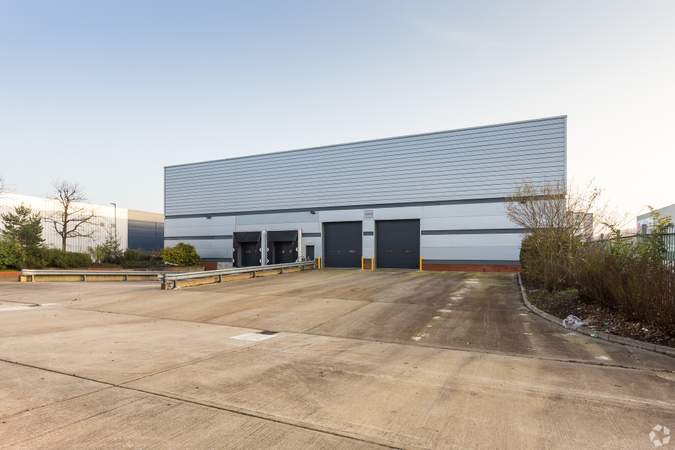 Rear view - Gatwick 30, Unit 200, Crawley - Industrial unit for rent - 3,341 to 30,395 sq ft